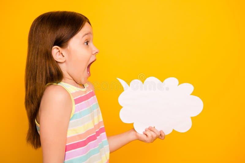 Profilsidofoto av det gulliga barnet som rymmer bubblan för pappers- kort som ropar att skrika som isoleras över gul bakgrund royaltyfri fotografi