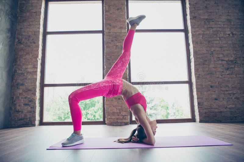 Profilsidosikt av den trevliga attraktiva tunna perfekta formformlinjen bendy böjlig dam som bär bästa anseende för rosa kläder arkivfoton