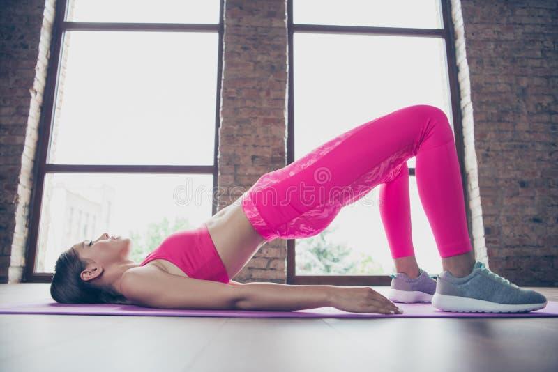 Profilsidosikt av henne henne trevlig attraktiv tunn bendy perfekt muskulös formlinje formdam som bär bästa rosa kläder arkivbilder