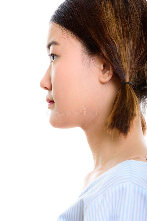 Profilsikt av framsidan av den unga härliga asiatiska kvinnan royaltyfria bilder