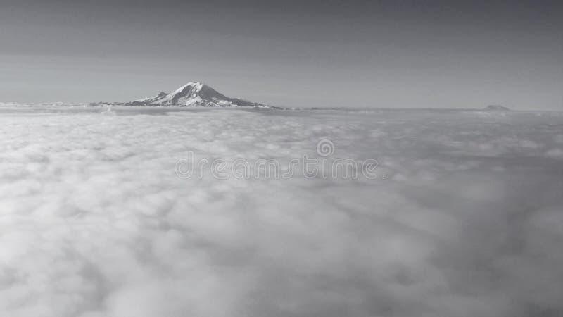 Profilsikt för hög höjd av monteringen Rainier St Helens arkivbilder