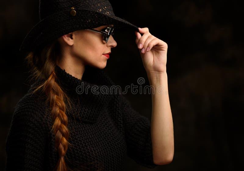 Profilstående av den nätta flickan arkivbild
