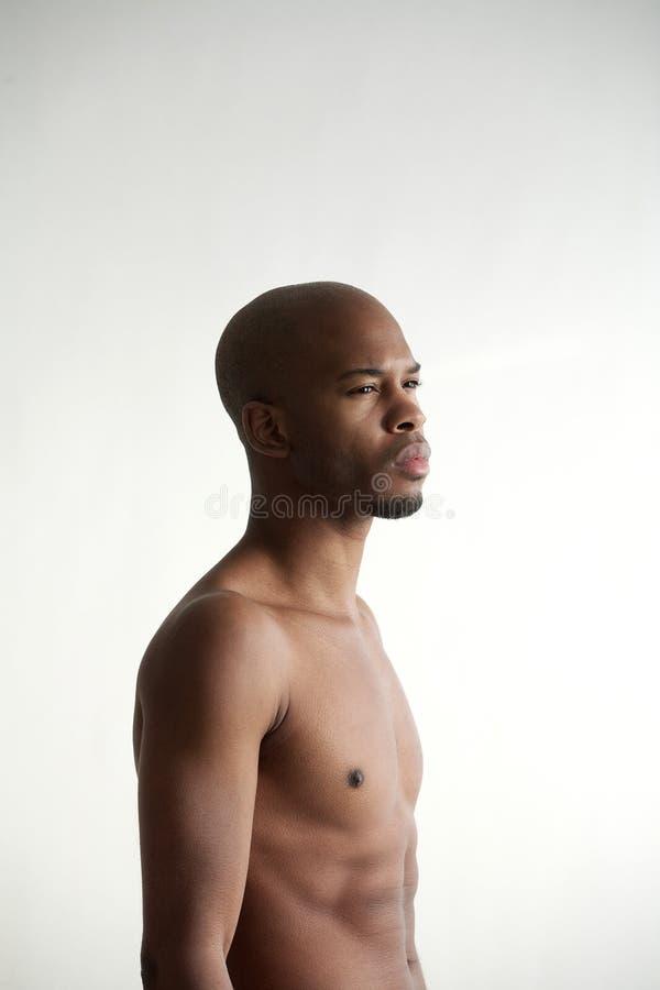 Profilstående av en attraktiv svart manlig modell arkivfoto