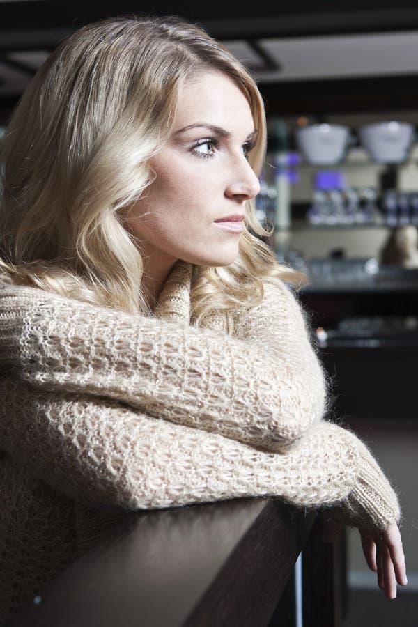 Profilstående av en ledsen ung kvinna fotografering för bildbyråer