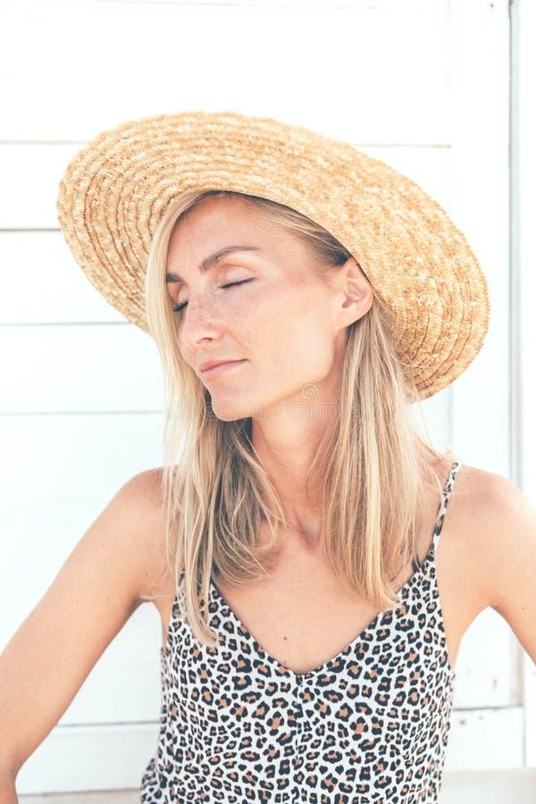 Profilstående av en ung autentisk flicka med fräknar och fyrkantiga kindknotor arkivbild