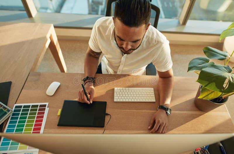 Profissão criativa masculina em sua mesa do trabalho fotos de stock