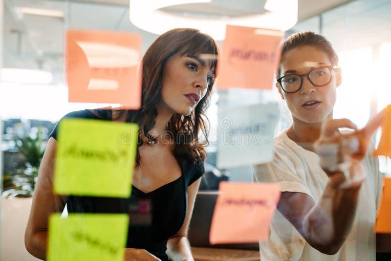 Profissionais criativos que conceituam em ideias novas do negócio imagens de stock