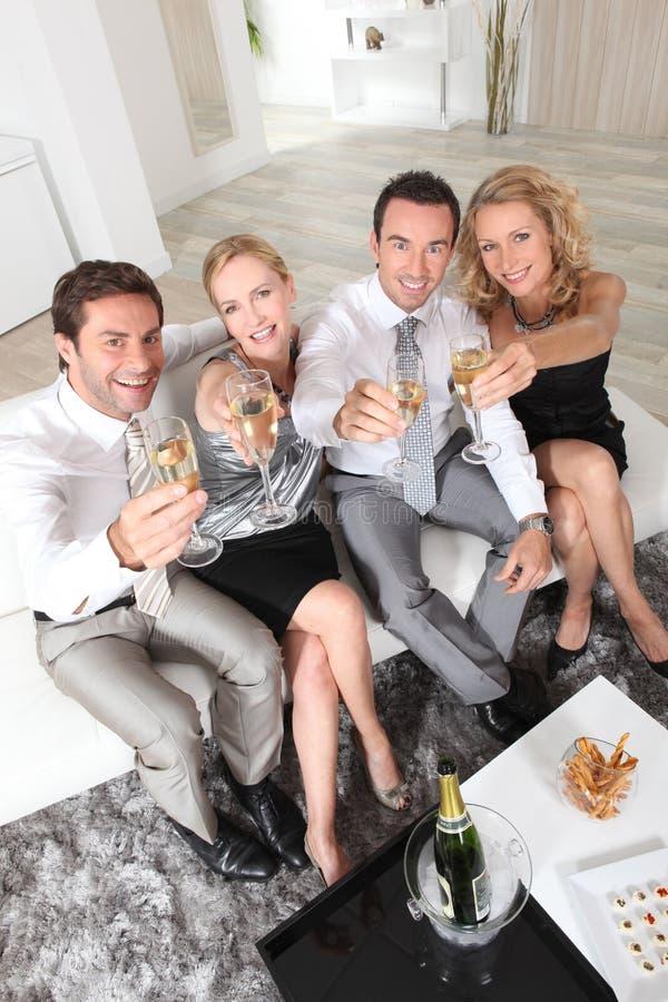 Profissionais que prendem vidros do champanhe fotografia de stock royalty free