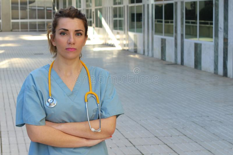 Profissional dos cuidados médicos com os braços cruzados fotos de stock royalty free