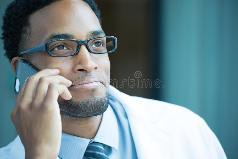 Profissional dos cuidados médicos no telefone fotos de stock royalty free