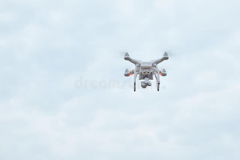 Profissional fantasma do quadrocopter do zangão PRO com câmara digital de alta resolução foto de stock