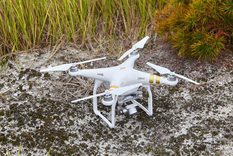 Profissional fantasma do quadrocopter do zangão PRO com câmara digital de alta resolução fotos de stock