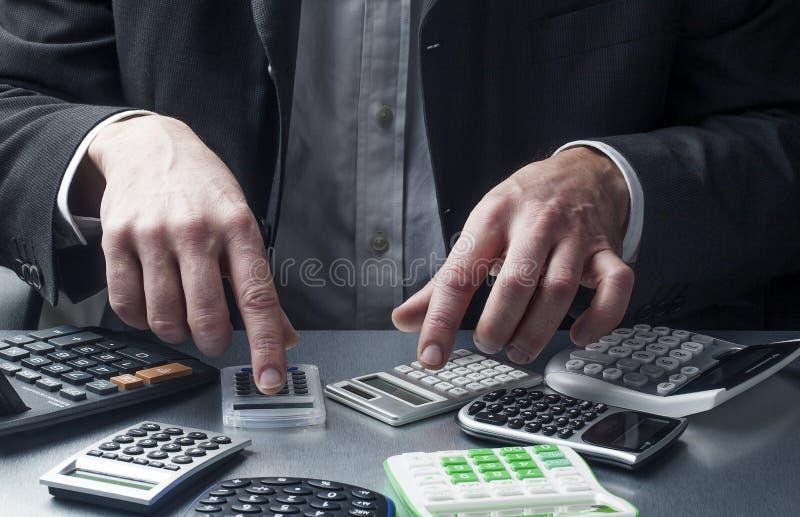 Profissional financeiro ou contabilidade no trabalho com calculadoras fotos de stock royalty free