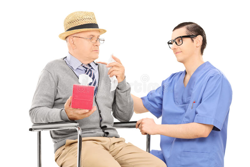 Profissional médico que consola um homem superior triste fotografia de stock