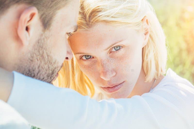 Profiter de la compagnie l'une de l'autre Préface sensuelle Jeunes amoureux Tendances et intimité Amour passionné portrait photos libres de droits