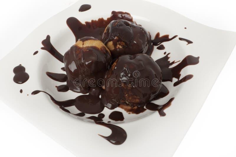 Profiterole, dessert francese fotografia stock libera da diritti