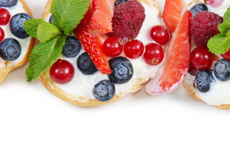 Profiteroles с смородиной ягод стоковое фото
