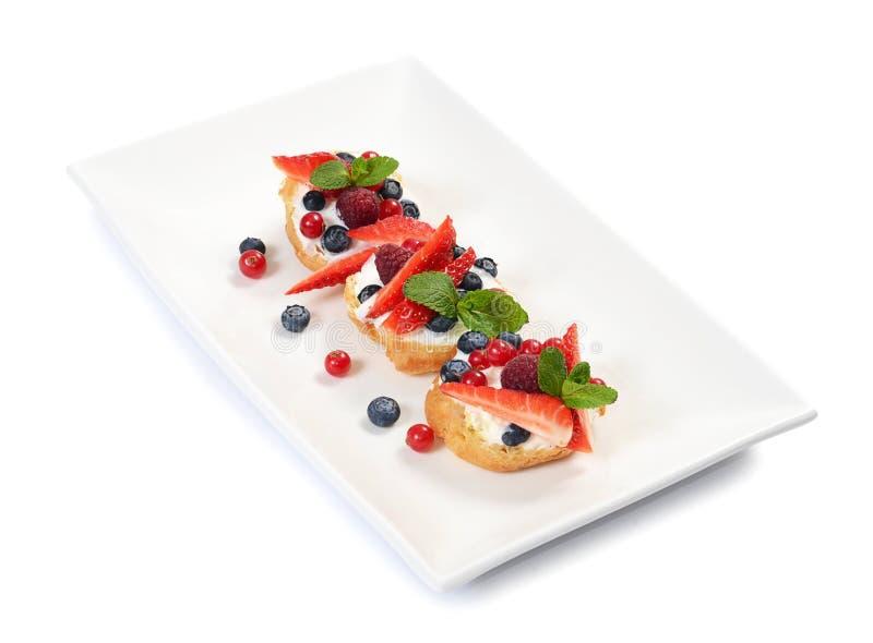Profiteroles с ягодами смородиной и голубиками стоковое изображение rf