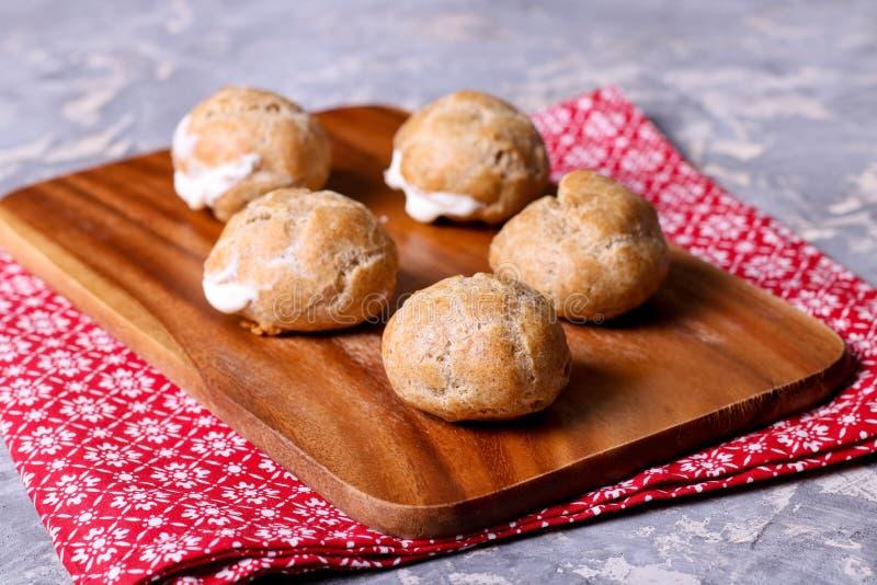 Profiteroles avec de la crème Gâteaux délicieux faits à partir de la pâtisserie de choux photos stock