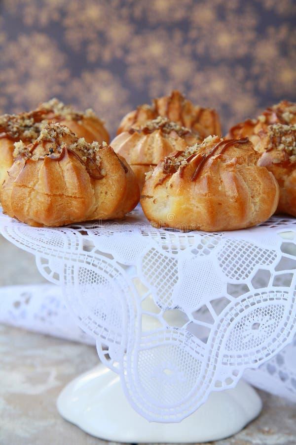 Profiteroles de los eclairs de los pasteles de Francia foto de archivo libre de regalías