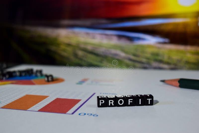 Profitto sui blocchi di legno Concetto di ricerca di dati di redditi da investimento fotografie stock libere da diritti