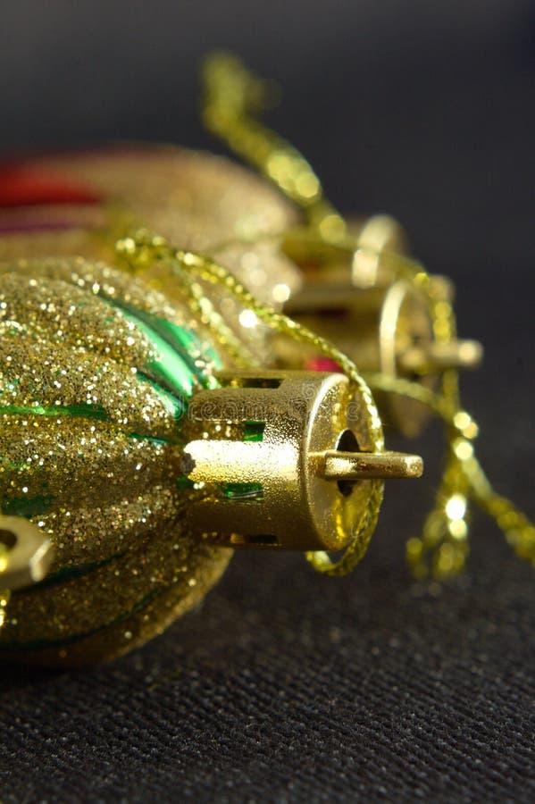 Profondeur de décorations brillantes de nouvelle année de champ image stock