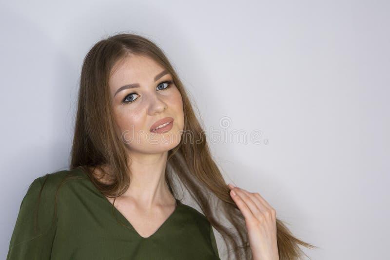 Profondità di campo limitata di bello della donna dei capelli biondi del ritratto di bellezza del modello trucco perfetto di Fac fotografia stock