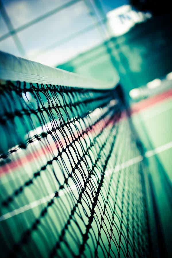 Profondità poco profonda della rete esterna di tennis della vista immagine stock
