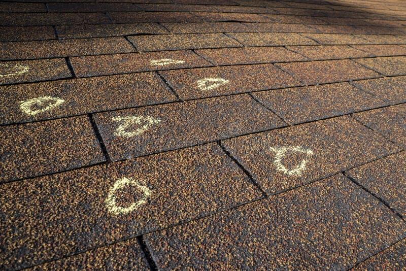 Profondo danno della grandine su un tetto fotografia stock libera da diritti