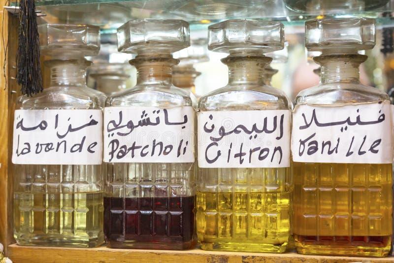 Profumo da vendere su un mercato marocchino fotografia stock