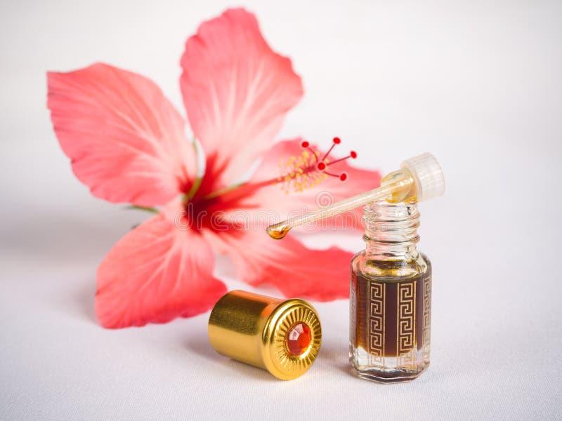 Profumo floreale concentrato, essenza araba in una mini bottiglia immagini stock