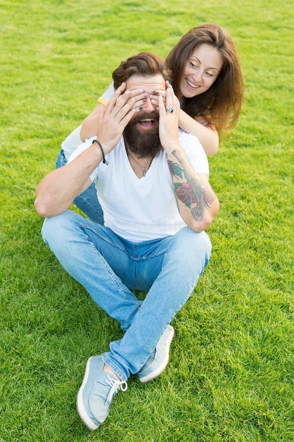 Profundamente en amor Fecha perfecta Fin de semana de la familia muchacha linda y inconformista barbudo del hombre en hierba verd fotos de archivo libres de regalías