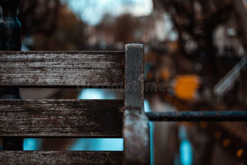 Profundidad vacía del puente de la costa de la esquina del primer del banco de madera de la escena urbana del campo imagen de archivo libre de regalías