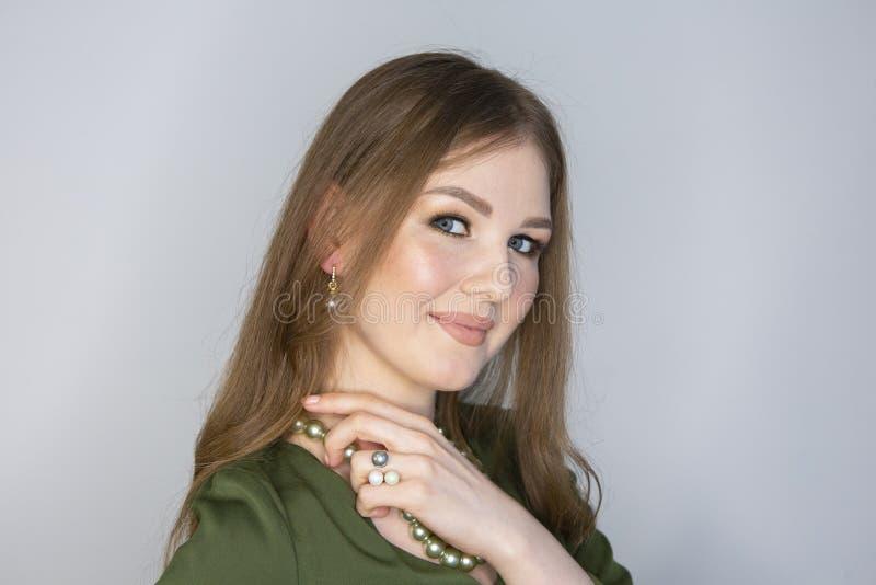 Profundidade da mulher de campo limitada de sorriso loura bonita fotografia de stock royalty free
