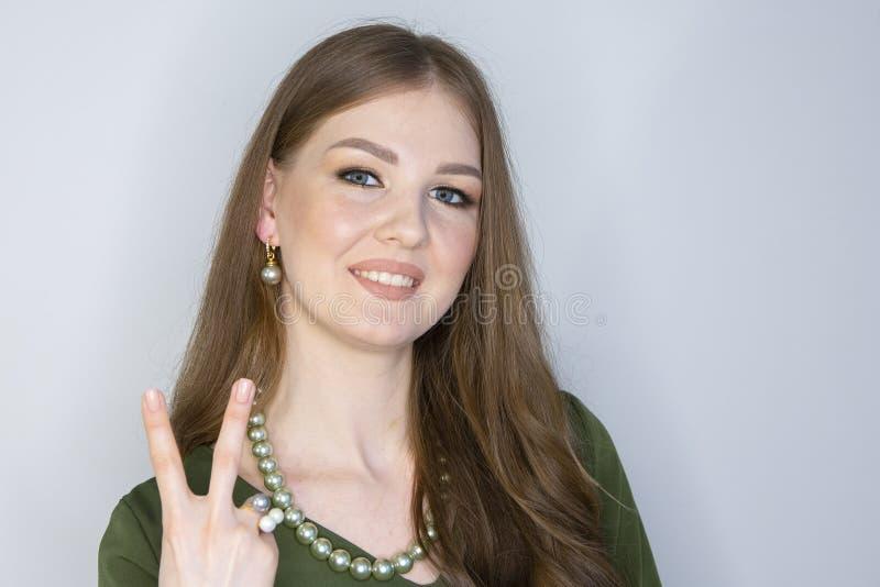 Profundidade da mulher de campo limitada de sorriso loura bonita imagem de stock royalty free