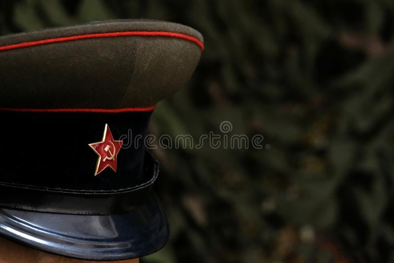 Profundidade de campo rasa Um símbolo de um soldado soviético: um tampão com uma estrela cinco-aguçado Oficial da URSS durante o  imagem de stock royalty free