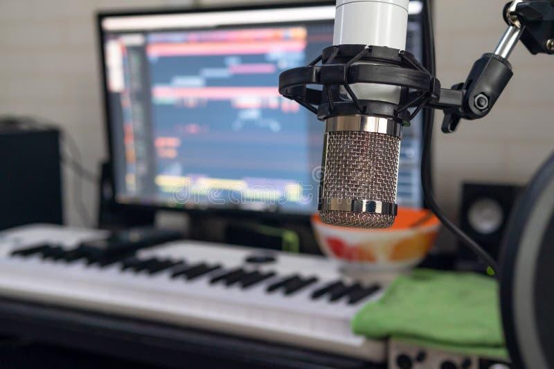 Profundidade do foco seleto do microfone de condensador do estúdio de campo rasa fotos de stock royalty free