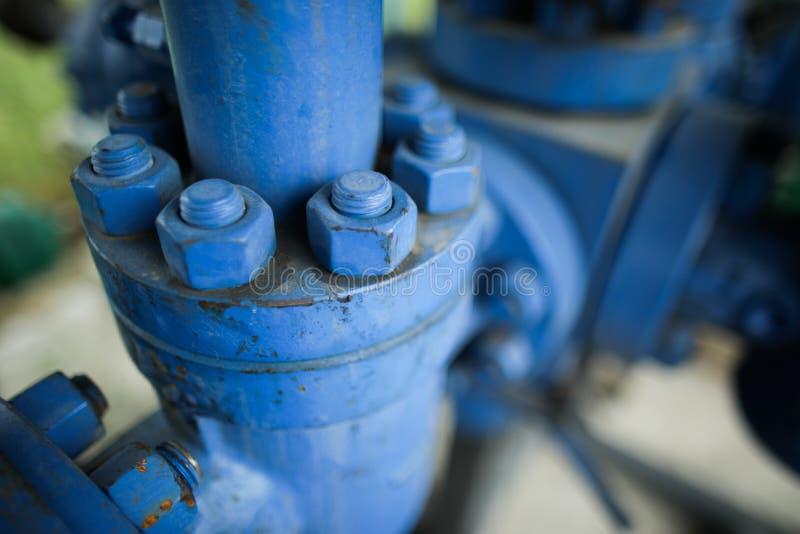 Profundidade rasa da imagem do campo com o equipamento industrial para fora do ferro pesado gasto usado nos parafusos oxidados da imagem de stock