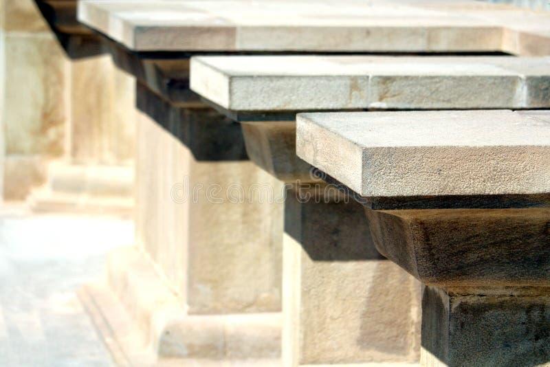 Profundidade rasa da imagem do campo dos suportes de pedra no sunshi brilhante foto de stock royalty free