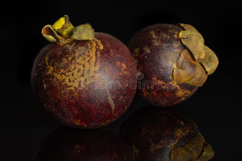 Profundo - mangustão roxo isolado no vidro preto foto de stock