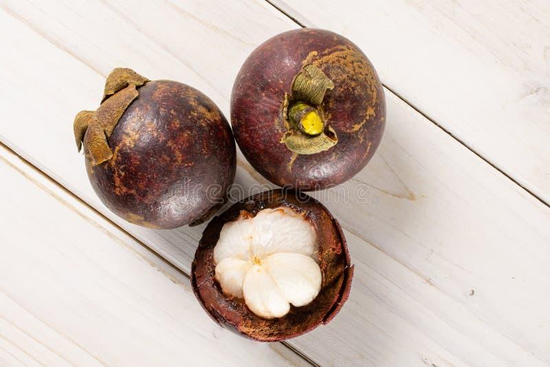 Profundo - mangustão roxo na madeira cinzenta imagens de stock royalty free
