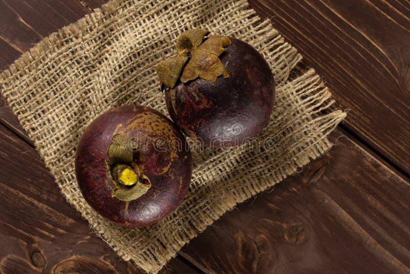 Profundo - mangustão roxo na madeira marrom fotos de stock royalty free