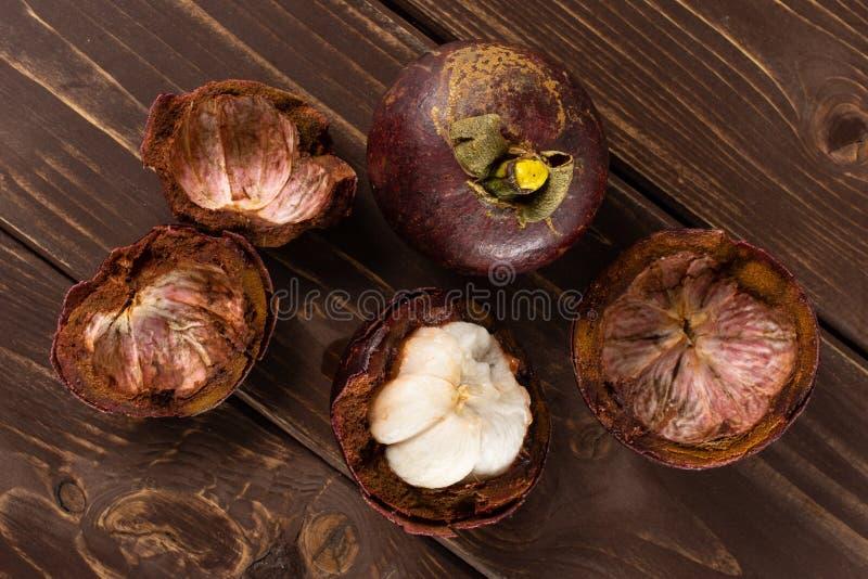 Profundo - mangustão roxo na madeira marrom fotografia de stock royalty free