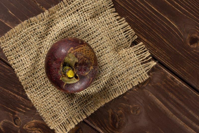Profundo - mangustão roxo na madeira marrom imagens de stock royalty free