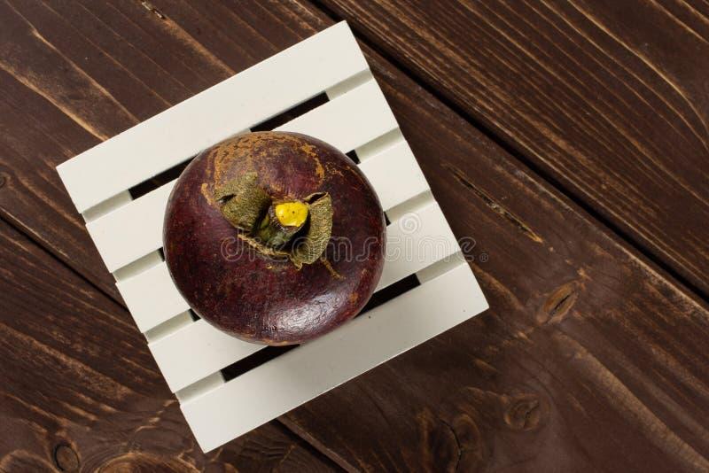 Profundo - mangustão roxo na madeira marrom foto de stock royalty free