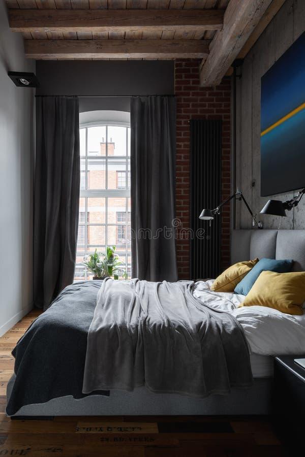 Progettato nella camera da letto industriale di stile immagine stock libera da diritti