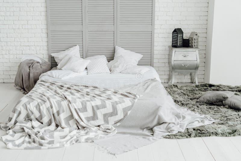 Progettazione accogliente di Grey Bedroom Interior Spacious Room fotografia stock libera da diritti