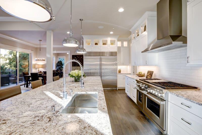 progettazione bianca della cucina nella nuova casa