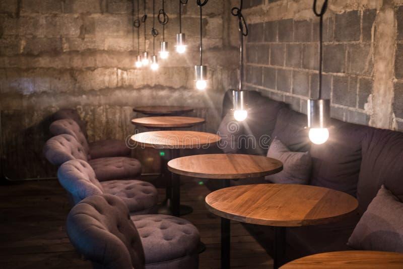 Progettazione classica d'annata del caffè del caffè con luce immagini stock