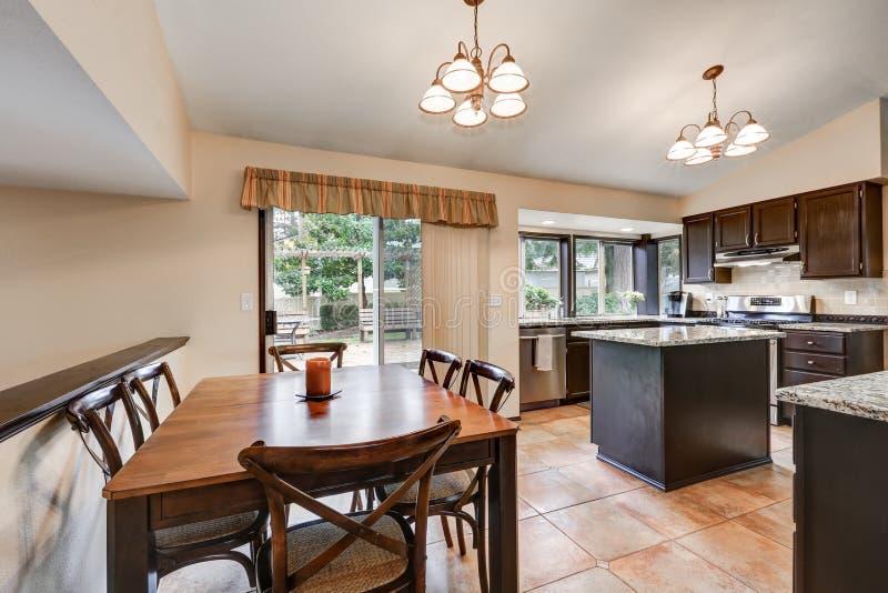 Progettazione classica della stanza della cucina con l 39 isola di cucina fotografia stock - Cucina classica con isola ...